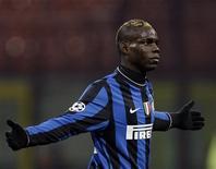<p>Mario Balotelli comemora gol contra o Rubin Kazan. O atacante da Inter de Milão, Mario Balotelli, está farto das ofensas e abusos que escuta. O jogador de 19 anos, negro, tem sido alvo de insultos racistas por torcedores da Juventus e na semana passada temia-se que o jogo entre as duas equipes fosse suspenso.09/11/2009.REUTERS/Stefano Rellandini</p>