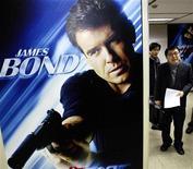 """<p>Постер фильма о приключениях Джеймса Бонда """"Умри, но не сейчас"""" на пресс-конференции в Сеуле 30 декабря 2002 года. Немецкие полицейские после долгого преследования арестовали мужчину, пытавшегося на высокой скорости оторваться от погони на машине с синей """"мигалкой"""", после чего тот представился им """"секретным агентом"""". REUTERS/Kim Kyung-Hoon</p>"""