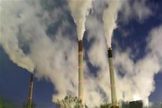 <p>Дымящие трубы угольной ТЭЦ в Гельзенкирхене 2 декабря 2009 года. Объем выбросов парниковых газов должен сократиться по меньшей мере в два раза к 2050 году и в первую очередь, за счет богатых стран, говорится в первом проекте документа, который должен сдвинуть с мертвой точки переговоры о новом климатическом соглашении. REUTERS/Ina Fassbender</p>