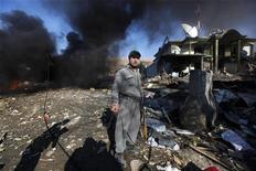 <p>Полицейский осматривает место взрыва замининрованного автомобиля в Кабуле 15 декабря 2009 года. Как минимум четыре человека погибли во вторник в результате взрыва заминированного автомобиля у отеля в Кабуле. Взрыв произошел в районе Вазир Акбар Хан, где находятся дипломатические ведомства, напротив дома бывшего вице-президента страны. REUTERS/Ahmad Masood</p>