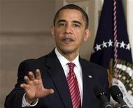 <p>Президент США Барак Обама беседует с журналистами после встречи с лидерами финансового сектора страны в Вашингтоне 14 декабря 2009 года. Президент США Барак Обама напомнил американским банкирам, кто помог им пережить кризис, и потребовал услуги за услугу - поддержать кредитами малый бизнес и не сопротивляться реформе финансового регулирования. REUTERS/Larry Downing</p>