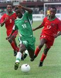 <p>Игроки сборной Эритреи (слева и справа) преследуют игрока сборной Нигерии во время матча в Лагосе 22 апреля 2000 года. Двенадцать игроков национальной сборной Эритреи по футболу исчезли во время регионального турнира, проходящего в Кении, сообщили представители властей. REUTERS/George Esiri</p>