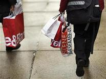 """<p>Shoppers carry their purchases along Newbury Street during """"Black Friday"""" shopping day in the Back Bay neighborhood of Boston, Massachusetts November 28, 2008. REUTERS/Brian Snyder</p>"""