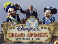 <p>Foto de archivo de Roy Disney Jr. durante la apertura de Disney Sea en Japón, sep 4 2001. Roy Disney, sobrino del fundador de Walt Disney Co. -donde trabajó un largo tiempo- murió el miércoles a los 79 años. REUTERS/Haruyoshi Yamaguchi/Files</p>