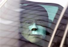 <p>Премьер-министр Италии Сильвио Берлускони (в центре) покидает больницу в Милане 17 декабря 2009 года. Премьер-министр Италии Сильвио Берлускони выписался из больницы, где он провел четыре дня после нападения, в результате которого у него был сломан нос и выбиты зубы. REUTERS/Giampiero Sposito</p>