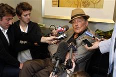 <p>El productor de Johnny Hallyday, Jean-Claude Camus, habla con la prensa en un hotel en Los Angeles, 17 dic 2009. El roquero francés Johnny Hallyday, quien ha estado hospitalizado en Los Angeles, tomó acciones legales para determinar si su cirujano en París cometió algún error durante una operación previa para tratar problemas de espalda, dijeron el jueves sus publicistas. Hallyday, de 66 años, uno de los artistas más populares de Francia en sus casi 50 años de carrera, fue hospitalizado la semana pasada en la clínica Cedars-Sinai luego de quejarse de severos dolores de espalda poco después de llegar de París. REUTERS/Benoit Tessier</p>