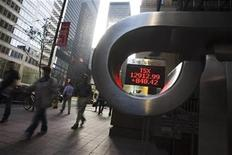 <p>People walk by a sign displaying TSX information in Toronto September 19, 2008. REUTERS/Mark Blinch</p>