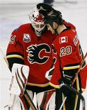 <p>Calgary Flames goalie Miikka Kiprusoff (L) is hugged by teammate forward Curtis Glencross after they defeated the Los Angeles Kings during the third period of their NHL game in Calgary, December 17, 2009. REUTERS/Todd Korol</p>