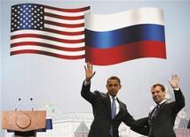 """<p>Президент США Барак Обама и российский президент Дмитрий Медведев позируют фотографам во время бизнес-саммита в Центральном выставочном зале """"Манеж"""", Москва 7 июля 2009 года. Основные разногласия между США и Россией, обсуждающими новую редакцию Договора о сокращении стратегических наступательных вооружений (СНВ), будут разрешены в ближайшее время, возможно даже в ближайшие часы, сказал официальный представитель МИД РФ Андрей Нестеренко. REUTERS/Jim Young</p>"""