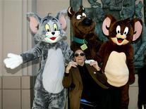 """<p>Американский аниматор Джозеф Барбера, основатель легендарной студии Hanna-Barbera, позирует с фигурками Скуби-Ду (в центре), кота Тома и мышонка Джерри в Лос-Анджелесе 16 марта 2005 года. 18 декабря 2006 года года американский аниматор Джозеф Барбера умер в возрасте 95 лет. Вместе с Уильямом Ханной он организовал компанию Hanna- Barbera, выпустившую известные мультсериалы """"Том и Джерри"""" и """"Флинстоуны"""". REUTERS/Fred Prouser</p>"""
