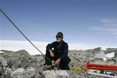 <p>El investigador Tony Stewart, con sus manos y cara expuestas al sol, revisa un cable en Cabo Denison, en el este de la Antártida, 20 dic 2009. Los expedicionarios de la Antártida son entrenados para soportar las temperaturas heladas y el aislamiento social, pero un estudio reveló que hay algo más de qué preocuparse: las quemaduras solares. Un trabajo reciente de la División Antártica Australiana (AAD) y la Agencia Australiana de Protección de la Radiación y Seguridad Nuclear halló que más del 80 por ciento de los investigadores del Polo Sur está expuesto a niveles de rayos ultravioletas (UV) por encima de los límites recomendados. REUTERS/Pauline Askin</p>