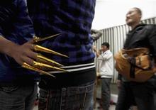 <p>Drag queen performers get makeup at a bar in Dali, Yunnan province November 23, 2009. REUTERS/China Daily</p>