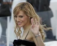 """<p>Actress Brittany Murphy waves as she arrives at the Sydney premiere of the movie """"Happy Feet"""" at Fox Studios in Sydney in this December 10, 2006 file photo. REUTERS/Will Burgess</p>"""
