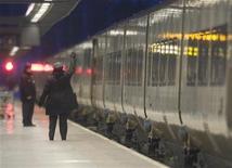 <p>Дежурный дает отмашку первому составу Eurostar после трех дней простоя из-за сильных снегопадов, Париж 22 декабря 2009 года. Компания Eurostar, управляющая пассажирскими железнодорожными перевозками в тоннеле под Ла- Маншем, возобновила движение после трех дней простоя из-за сильных снегопадов. REUTERS/Andrew Winning</p>
