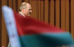 <p>Президент Белоруссии Александр Лукашенко проходит мимо флага своей страны на встрече в Ханое 8 апреля 2008 года. Белоруссия должна ускорить приватизацию и либерализацию экономики в будущем году для выполнения амбициозных планов экономического роста на 11-13 процентов, сказал на заседании президиума правительства министр экономики Николай Снопков. REUTERS/Kham</p>