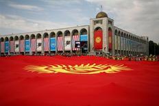 <p>Огромный флаг Киргизии на праздновании 15-летия независимости страны в центре Бишкека 31 августа 2006 года. Оппозиционный журналист из Киргизии скончался в больнице во вторник после того, как был выброшен неизвестными из окна многоэтажного дома, сообщила пресс-служба полиции Алма-Аты. REUTERS/Vladimir Pirogov</p>