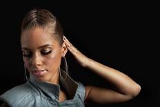 """<p>Foto de archivo de la cantante Alicia Keys durante la promoción de su disco """"The Element of Freedom"""", en Nueva York, dic 17 2009. El disco de Keys """"The Element of Freedom"""" lideró la lista de R&B durante su primera semana de ventas, pero no pudo alcanzar a Susan Boyle y terminó en el segundo lugar de la lista general de los primeros 200 puestos, dijo el miércoles su sello. REUTERS/Lucas Jackson</p>"""