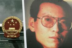 <p>Портрет китайского правозащитника Лю Сяобо рядом с китайским отделом связи взаимодействия в Гонконге 25 июня 2009 года. Один из самых известных китайских правозащитников Лю Сяобо, активно выступающий за предоставление политических свобод, был приговорен в пятницу к 11 годам тюрьмы за подрывную деятельность против властей КНР. REUTERS/Tyrone Siu</p>