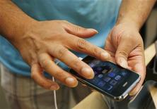 <p>L'usage intensif de l'iPhone d'Apple, gourmand en bande passante, a par moments saturé le réseau londonien de l'opérateur mobile O2 ces derniers mois mais l'augmentation des capacités a permis de résoudre le problème, déclare O2. /Photo prise le 19 juin 2009/REUTERS/Lucas Jackson</p>