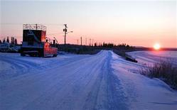 <p>The sun sets over the Mackenzie Delta near Inuvik, Northwest Territories November 11, 2009. REUTERS/Jeffrey Jones</p>
