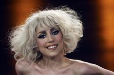 """<p>A cantora norte-americana Lady Gaga sorri durante programa na Alemanha. O single """"Poker Face"""", da cantora Lady Gaga, e o álbum de estreia de Susan Boyle, """"I Dreamed a Dream"""", foram os discos mais vendidos de 2009 na Grã-Bretanha, segundo o resultado divulgado no domingo pela Official Charts Company.07/11/2009.REUTERS/Axel Heimken/Pool</p>"""