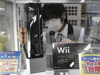 <p>Funcionário arruma um console Wii em Tóquio. A Nintendo informou que atingiu um nível recorde de vendas de seu console Wii nos Estados Unidos em dezembro, desafiando temores de mercado de que o auge do videogame, lançado há três anos, tenha passado.05/01/2010.REUTERS/Toru Hanai</p>