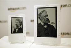 <p>Novo Kindle DX (direita) e o modelo Kindle 2 são exibidos no lançamento em Nova York.</p>