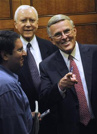Senator Byron Dorgan (D-ND) (R) points at someone he recognizes as he boards an elevator with Senator Orrin Hatch (R-UT) (C) as they leave the senate floor in Washington August 6, 2009. REUTERS/Jonathan Ernst
