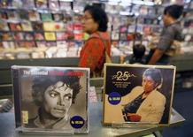 <p>Albums of Michael Jackson are displayed at a music shop in Jakarta June 27, 2009. REUTERS/Supri</p>