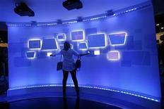 <p>Una visitatrice in uno stand della fiera delle'elttronica Ces (International Consumer Electronics Show) a Las Vegas. REUTERS/Mario Anzuoni (UNITED STATES - Tags: BUSINESS SCI TECH IMAGES OF THE DAY)</p>