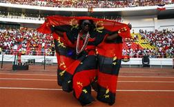 <p>Dançarina tradicional vestida na bandeira da Angola se apresenta na cerimônia de abertura da Copa das Nações Africanas em Luanda, no dia 10 de janeiro. Os angolanos rumaram em massa para o estádio para participar do jogo de abertura, tentando resgatar o orgulho nacional depois que um ataque armado matou integrantes da delegação do Togo. REUTERS/Amr Abdallah Dalsh</p>