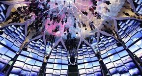 """<p>Foto de archivo de personas reflejadas en los espejos en el pabellón de Samsung Electronics en la Feria de Consumo Electrónico de Las Vegas, EEUU, ene 7 2010. Los niños japoneses suelen tener 'hansekai' o """"conversaciones de reflexión"""" para estudiar lo que hicieron mal durante una obra de teatro o una competición deportiva. REUTERS/Mario Anzuoni</p>"""