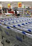 <p>Тележки для продуктов в супермаркете Carrefour в Краснодаре 10 сентября 2009 года. Инфляция в РФ существенно замедлилась в 2009 году, снизившись до рекордно низкого уровня в постсоветской истории - 8,8 процента, подтвердил Росстат ранее опубликованные предварительные данные. REUTERS/Maria Kiselyova</p>