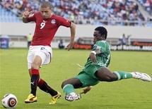 <p>Нападающий сборной Египта Мохамед Зидан (слева) обыгрывает Тайе Тайво из сбороной Нигерии в матче Кубка Африкипо футболу в Бенгуэле 12 января 2010 года. Обладатель Кубка африканских наций 2009 года сборная Египта обыграла команду Нигерии со счетом 3-1 в матче группы С во вторник. REUTERS/Amr Abdallah Dalsh</p>