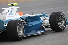 <p>Jerez, 13 gennaio 2010. Michael Schumacher durante i test della sua Mercedes. REUTERS/Ho New</p>