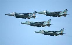 <p>Звено Миг-27 индийских ВВС во время учений в штате Раджастхан 14 марта 2004 года. По крайней мере половина оборонной техники Индии устарела и требует обновления, свидетельствуют данные доклада, подготовленного компанией KPMG и Конфедерацией индийской индустрии. REUTERS/Kamal Kishore</p>
