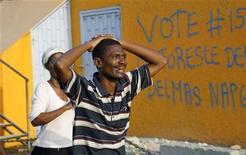 <p>Un hombre reacciona mientras busca familiares tras un terremoto en Puerto Príncipe, 13 ene 2010. Centenares de haitianos en su país y en el extranjero están intentando contactarse entre sí a través de una web creada tras el devastador terremoto que sacudió la isla caribeña, dijo el jueves el Comité Internacional de Cruz Roja (CICR). Unos 1.360 haitianos, en su mayoría en Estados Unidos y Canadá, se registraron en el sitio www.icrc.org/familylinks a las pocas horas de comenzar a funcionar, dijo el portavoz del CICR Marcal Izard. La mayoría parecían estar buscando a sus parientes en la capital, Puerto Príncipe. REUTERS/Eduardo Munoz</p>