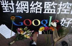 <p>Um usuário local do Google coloca um maço de cigarros junto a presentes de outros apoiadores em frente ao escritório do Google em Hong Kong no dia 14 de janeiro. O anúncio do Google de que pode deixar a China por conta da censura gerou aplausos, alertas e elogios de dissidentes e ativistas da Internet nesta quarta-feira, mas poucos apostam em chances do governo do país ceder terreno. REUTERS/Tyrone Siu</p>