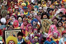 <p>Foto d'archivio. Un gruppo di clown, ormai simbolo degli imprenditori informatici francesi. REUTERS/Henry Romero</p>