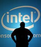 <p>Homem fica de pé na frente de mural da Intel em Taipei. A Intel informou um aumento expressivo na receita do quarto trimestre e divulgou projeções financeiras que superaram as expectativas em Wall Street.03/06/2009.REUTERS/Pichi Chuang</p>