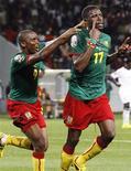 <p>Нападающий сборной Камеруна Мохамаду Идриссу (справа) празднует гол в ворота команды Замбии на мачте Кубка Африки по футболу в Лубанго 17 января 2010 года. Сборная Камеруна набрала первые очки в группе D на Кубке африканских наций, обыграв команду Замбии со счетом 3-2. REUTERS/Finbarr O'Reilly</p>