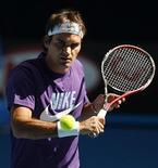 <p>Роджер Федерер разогревается перед тренировкой в Мельбурне 14 января 2010 года. Ассоциация теннисистов-профессионалов (ATP) опубликовала в понедельник новый рейтинг лучших игроков планеты Entry System. REUTERS/Tim Wimborne</p>