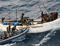 <p>Французские военные перехватывают подозреваемых пиратов в водах Сомали 13 ноября 2009 года. Сомалийские пираты освободили греческий танкер, перевозивший 2 миллиона баррелей нефти, получив крупнейший за всю историю выкуп, сообщили чиновники и пираты. REUTERS/ECPAD-SIRPA MARINE-French Ministry of Defence/Handout</p>