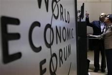 <p>Attendees use a computer during a pause at the World Economic Forum (WEF) in Davos January 29, 2009. REUTERS/Christian Hartmann</p>