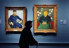 """<p>Um visitante observa as obras """"O carteiro Joseph Roulin"""" (dir.) e """"Canção de ninar: Augustine Roulin balançando um berço"""" de Vincent Van Gogh durante inauguração da exposição """"The Real Van Gogh: The Artist and his Letters"""" (O Van Gogh Real: o Artista e suas Cartas), na Academia Real de Londres. REUTERS/Luke MacGregor 19/01/1010</p>"""