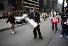 <p>Хранитель Кубка Стэнли Майк Болт держит в руках трофей на Шестой авеню в Нью-Йорке 15 апреля 2009 года. Кубок Стэнли - один из старейших спортивных трофеев мира был по ошибке авиакомпании Air Canada отправлен за тысячи километров от пункта своего назначения, сообщил хранитель кубка. REUTERS/Eric Thayer</p>
