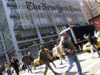 """<p>El diario New York Times comenzará a cobrar a quienes quieran leer los artículos de su página en internet, en un gran esfuerzo del periódico para enfrentar una baja de las ventas de la edición en papel y de los anuncios de publicidad. New York Times Co, el dueño de la publicación, dijo que el plan será crecer sobre un """"modelo mensurable"""", que cobre a los lectores por varios artículos consultados en el mes. REUTERS/Gary Hershorn/Archivo</p>"""