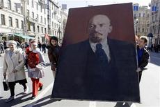 <p>Люди несут портрет Владимира Ленина во время митинга, организованного в Санкт-Петербурге в День Труда 1 мая 2009 года. Некоторые значительные события в мировой истории, произошедшие 21 января. REUTERS/Alexander Demianchuk</p>