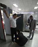 <p>Представители йеменской службы безопасности обыскиваю пассажиров в Международном аэропорте в городе Сана. 19 января 2010 года. Йемен приостанавливает выдачу виз для иностранцев в международных аэропортах, чтобы лишить боевиков-экстремистов возможности въехать на территорию страны, сообщили власти и государственные СМИ в четверг. REUTERS/Khaled Abdullah</p>