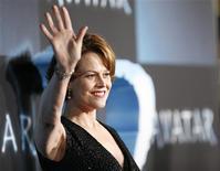 """<p>A atriz Sigourney Weaver, do elenco de """"Avatar"""", comparece à estreia do filme no cinema de Mann's Grauman em Hollywood, Califórnia. O filme de James Cameron empatou com dois outros no topo da lista de indicados aos prêmios Bafta da Grã-Bretanha. REUTERS/Mario Anzuoni 18/12/2009</p>"""